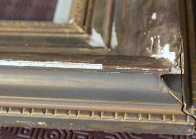 10. Dommages importants sur le stuc d'un cadre doré très encrassé